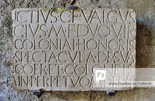 Römische Inschrift am Eingang zum Amphitheater  antike Stadt Pompeji  Kampanien  Italien  Europa