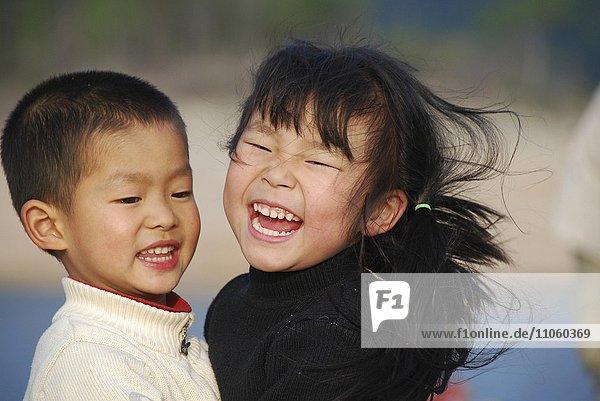 Lachende kleine Kinder  Junge und Mädchen  China  Asien