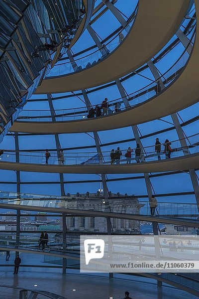 Reichstagskuppel bei Dämmerung  Berlin  Deutschland  Europa