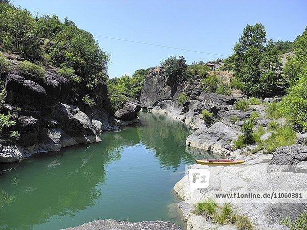 Fluss Pinios zwischen Felsen  bei Trikala  Griechenland  Europa