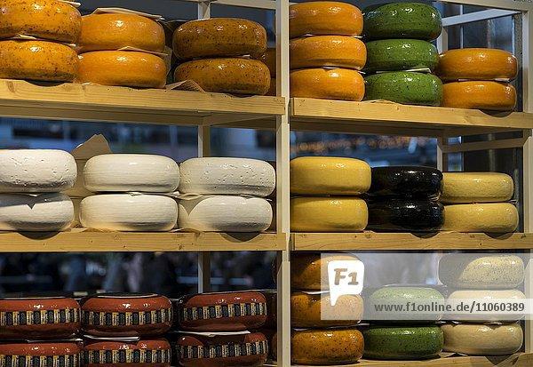 Verkaufsstand mit Käselaiben  Markthalle  Rotterdam  Holland  Niederlande  Europa