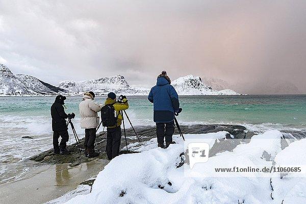 Fotografen am Strand  Lofoten  Norwegen  Europa