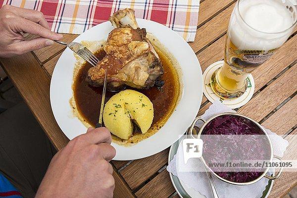 Bayrische Küche  Weissbier  Schweinshaxe  Kartoffelknödel  Rotkraut  Hotel Post  Mittenwald  Bayern  Deutschland  Europa Bayrische Küche, Weissbier, Schweinshaxe, Kartoffelknödel, Rotkraut, Hotel Post, Mittenwald, Bayern, Deutschland, Europa