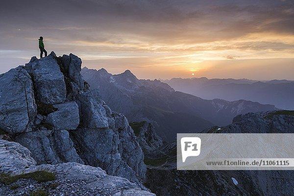 Wanderer auf der Dreitorspitze bei Sonnenuntergang  Wettersteingebirge  Garmisch-Partenkirchen  Bayern  Oberbayern  Deutschland  Europa Wanderer auf der Dreitorspitze bei Sonnenuntergang, Wettersteingebirge, Garmisch-Partenkirchen, Bayern, Oberbayern, Deutschland, Europa