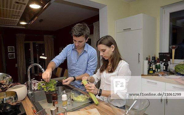 Junges Paar beim gemeinsamen Kochen  Deutschland  Europa
