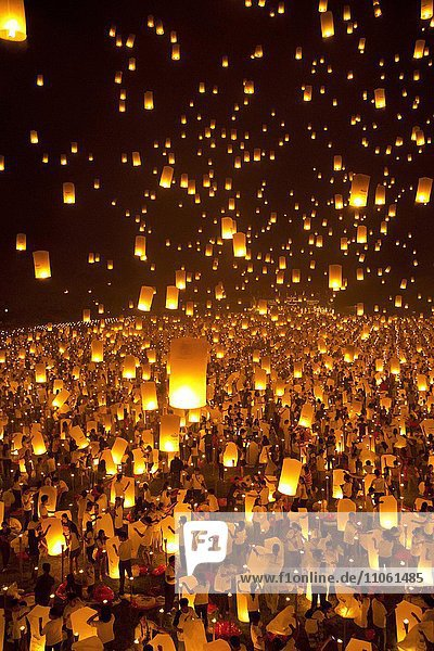 Licht und Friedensfest  15.000 sky lanterns  Kong-Ming-Laterne  Lampion  Light of Peace Festival der Dhammakaya Foundation  University of Philippines Visayas in Miagao  Provinz Iloilo  Insel Panay  Philippinen  Asien