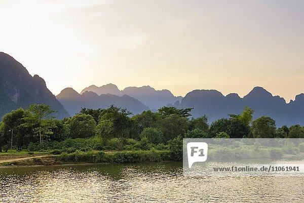 Fluss Nam Song mit Karstlandschaft in Vang Vieng  Provinz Vientiane  Laos  Asien