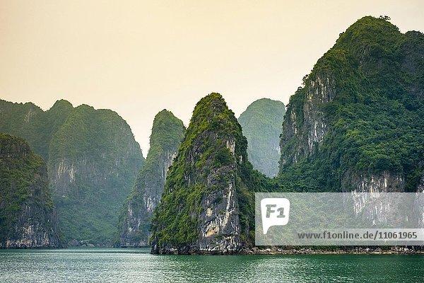 Karstgebirge in der Halong-Bucht  Provinz Quang Ninh  Vietnam  Asien