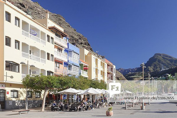 Straßencafe auf der Plaza  Strandpromenade  Puerto de Tazacorte  La Palma  Kanarische Inseln  Spanien  Europa