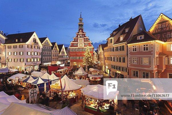 Beleuchteter Weihnachtsmarkt vor dem alten Rathaus  Esslingen am Neckar  Baden Württemberg  Deutschland  Europa