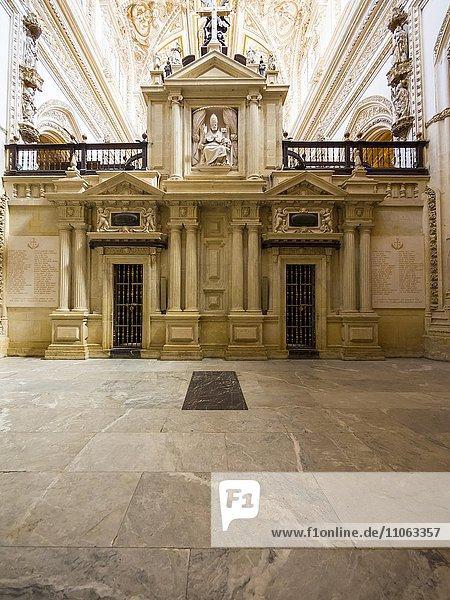Eingebaute Kathedrale der Mezquita  Mezquita-Catedral de Córdoba oder Kathedrale der Empfängnis unserer Lieben Frau  Innenansicht  Córdoba  Provinz Cordoba  Andalusien  Spanien  Europa