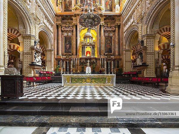 Hochaltar der Mezquita  Mezquita-Catedral de Córdoba oder Kathedrale der Empfängnis unserer Lieben Frau  Innenansicht  Córdoba  Provinz Cordoba  Andalusien  Spanien  Europa