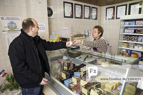 Feinkäserei Sarzbüttel  Verkauf an der Käsetheke im kleinen Laden  Sarzbüttel  Schleswig-Holstein  Deutschland  Düsseldorf  Europa