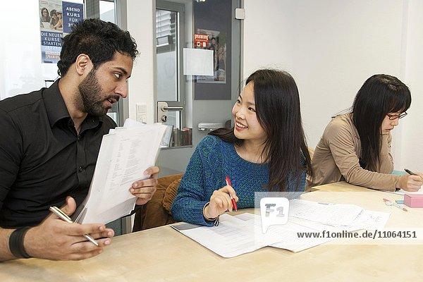 Ausländische Personen im Deutsch-Unterricht in einer internationalen Klasse  Sprachunterricht  Deutschland  Europa