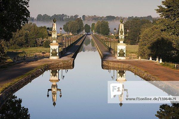 Kanalbrücke von Briare  Briare-le-Canal oder Canal de Briare  Département Loiret  Centre-Val de Loire  Frankreich  Europa