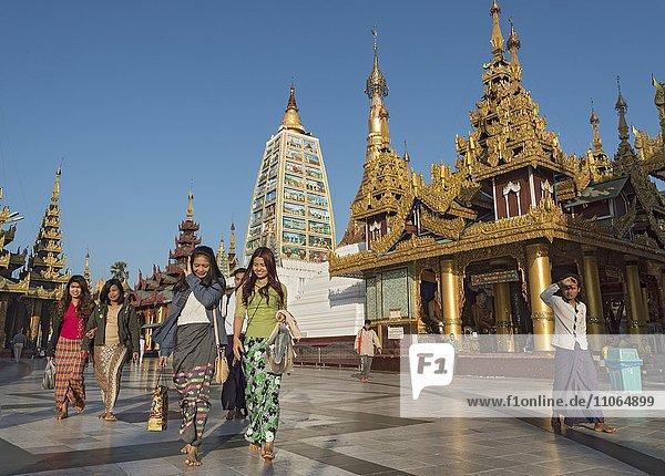 Besucher der Shwedagon-Pagode  Rangun  Yangon  Myanmar  Asien