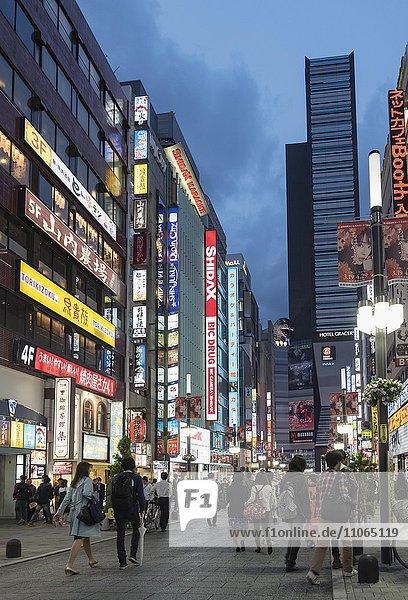 Straßenszene von Kabukicho  Hochhäuser  Shinjuku  Tokio  Japan  Asien