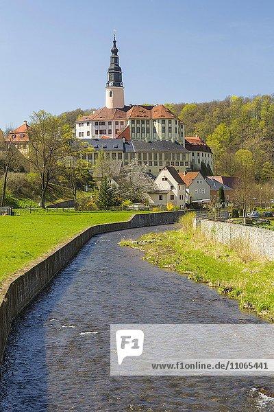Schloss Weesenstein mit Müglitz im Müglitztal  Sachsen  Deutschland  Europa