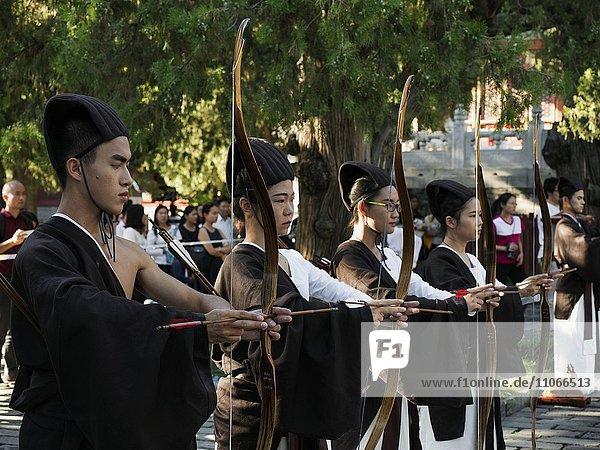 Bogenschützen  Rituelle Veranstaltung im Konfuziustempel  Kong Miao  Peking  China  Asien