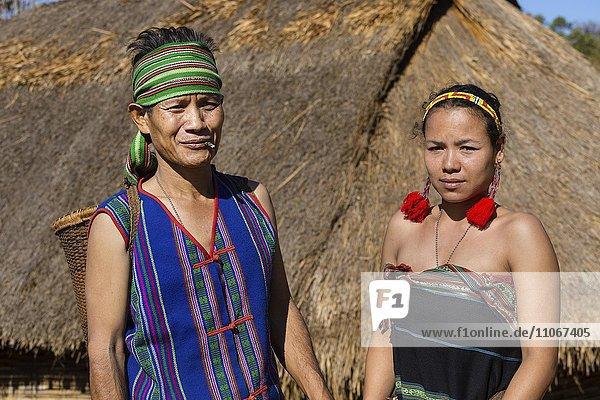 Phnong Mann und Frau in traditioneller Kleidung,  Ethnische Minderheit,  Pnong,  Bunong,  Senmonorom,  Sen Monorom,  Provinz Mondulkiri,  Kambodscha,  Asien
