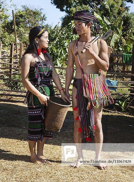 Phnong Frau und Mann in traditioneller Kleidung  Ethnische Minderheit  Pnong  Bunong  Senmonorom  Sen Monorom  Provinz Mondulkiri  Kambodscha  Asien