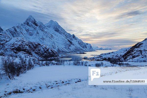 Landschaft im Winter  Bucht bei Unstad  Lofoten  Norwegen  Europa