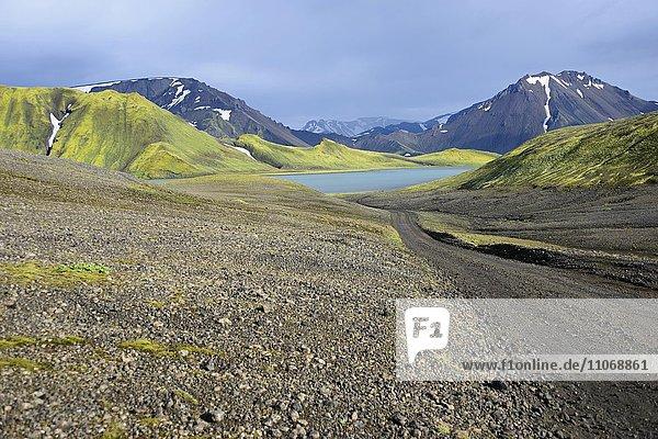 See Kylingavatn zwischen Bergen an Straße F 208,  nahe Landmannalaugar,  Island,  Europa