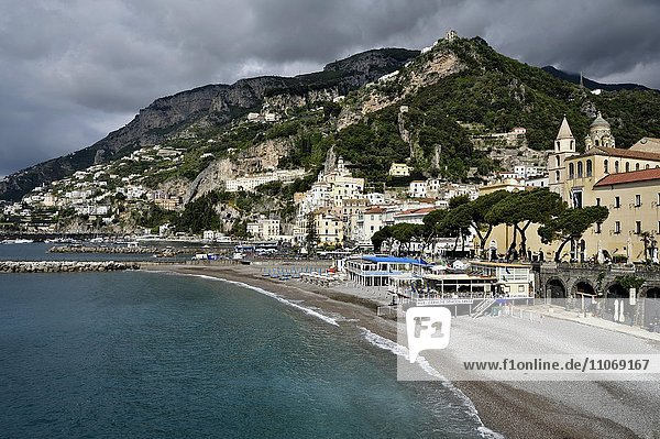 Ausblick auf die Ortschaft Amalfi  Amalfiküste  Costiera Amalfitana  Provinz Salerno  Kampanien  Italien  Europa