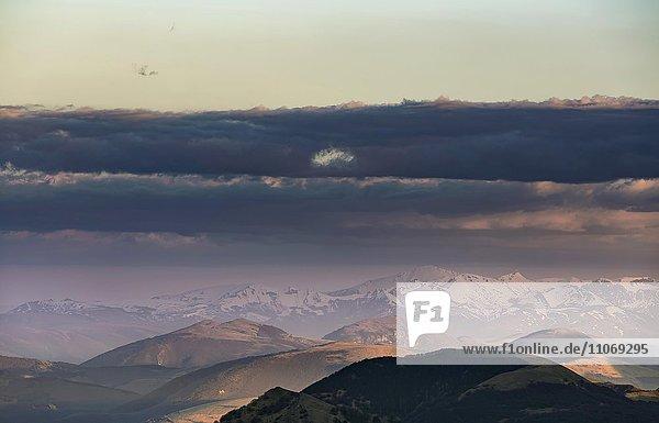 Ausblick vom Monte Motette in den Sibillinischen Bergen bei Sonnenuntergang  Nationalpark Monti Sibillini  Parco Nazionale dei Monti Sibillini  Apenninen  Umbrien  Italien  Europa