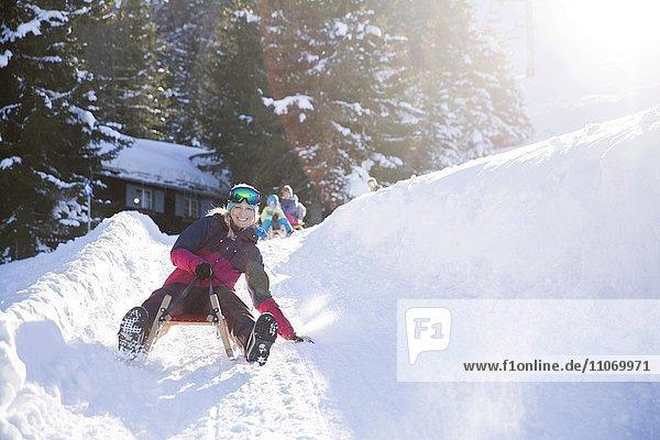 Junge Frau beim Rodeln  Muttereralm bei Innsbruck  Tirol  Österreich  Europa