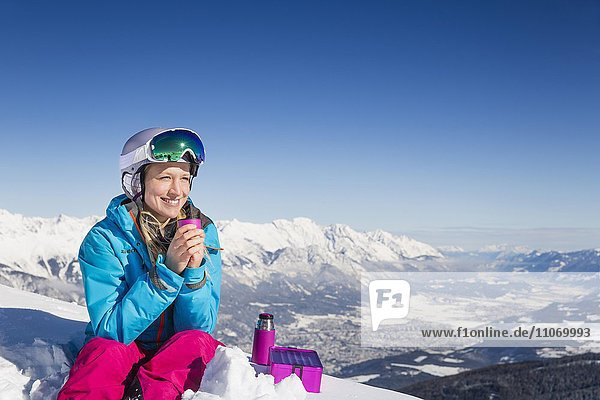 Skifahrerin  Freeriderin macht am Gipfel eine Pause  hinten Inntal  Axamer Lizum  Innsbruck  Tirol  Österreich  Europa