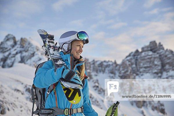 Skifahrerin  Freeriderin mit Skibrille und Helm  hinten Kalkkögel  Axamer Lizum  Tirol  Österreich  Europa