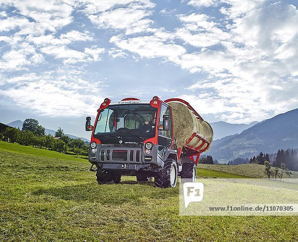 Transporter Unitrac mit Heuladewagen und gepressten Heuballen  Hopfgarten  Brixental  Tirol  Österreich  Europa Transporter Unitrac mit Heuladewagen und gepressten Heuballen, Hopfgarten, Brixental, Tirol, Österreich, Europa