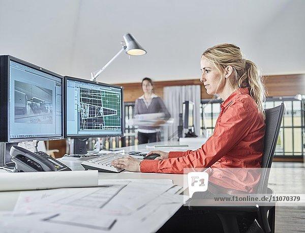 Architektin sitzt vor dem Computer bei der Arbeit  Österreich  Europa Architektin sitzt vor dem Computer bei der Arbeit, Österreich, Europa