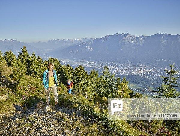 Frau 35-40 Jahre und Mann 40-45 Jahre beim Wandern  Zirbenweg  Patscherkofel  Innsbruck  Tirol  Österreich  Europa