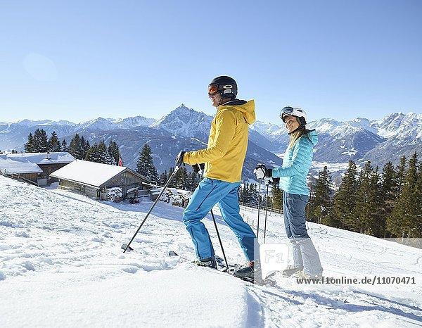 Frau und Mann  Paar wandert mit Schneeschuhen in verschneiter Landschaft  Patscherkofel  Patsch  Innsbruck  Tirol  Österreich  Europa