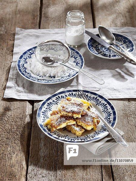 Kaiserschmarrn mit Puderzucker  Mehlspeise  österreichische Küche
