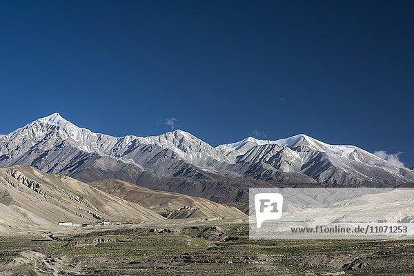 Schneebedeckte Berge  Berglandschaft bei Lo Manthang  Königreich Mustang  Upper Mustang  Himalaya  Nepal  Asien