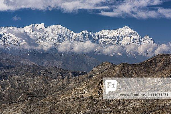 Schneebedeckte Berge  Annapurna und Nilgiri  Berglandschaft bei Ghemi  Königreich Mustang  Upper Mustang  Himalaya  Nepal  Asien