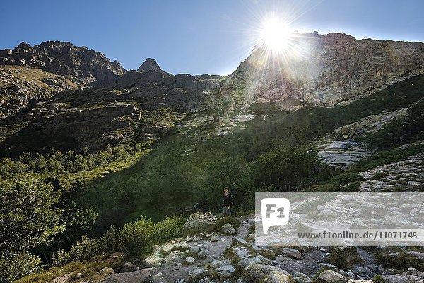 Wanderer im Restonica Hochtal  Corte  Département Haute-Corse  Korsika  Frankreich  Europa