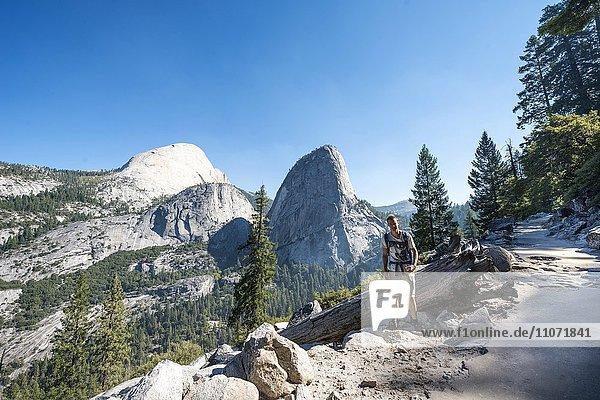 Wanderer auf Wanderweg zum Glacier Point  Ausblick auf Liberty Cap  Mt. Broderick und Half Dome  Yosemite Nationalpark  Kalifornien  USA  Nordamerika