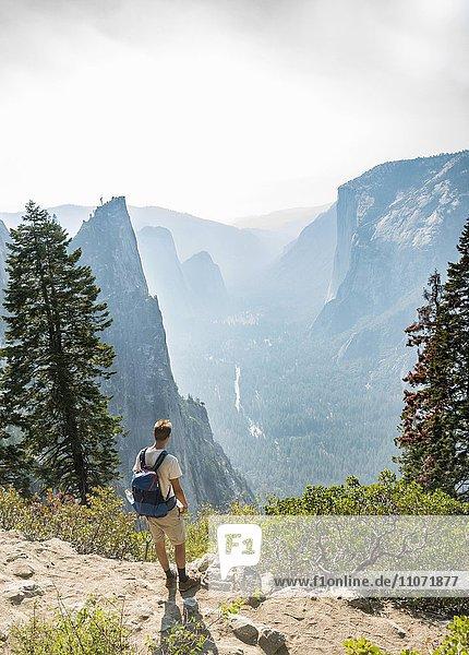 Junger Mann auf Wanderweg  Ausblick ins Yosemite Valley  Four Mile Trail  Taft Point  El Capitan  Yosemite Nationalpark  Kalifornien  USA  Nordamerika