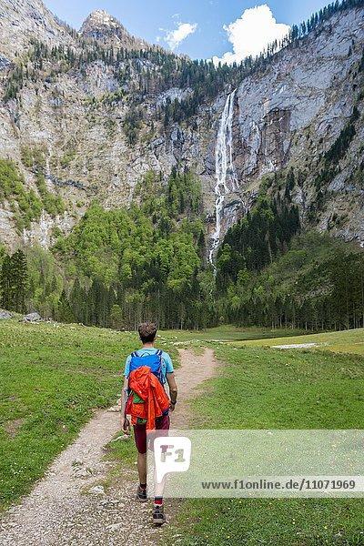 Wanderer auf dem Weg zum Röthbachfall  höchster Wasserfall Deutschlands  Salet am Königssee  Nationalpark Berchtesgaden  Berchtesgadener Land  Oberbayern  Bayern  Deutschland  Europa