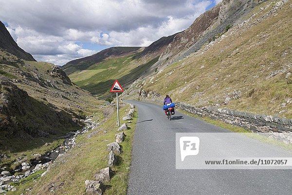 Radfahrer am Honister Pass  Lake District  Cumbria  England  Grossbritannien
