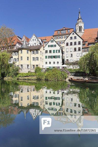 Tübinger Altstadt mit Hölderlinturm und Stiftskirche spiegelt sich im Neckar  Tübingen  Baden-Württemberg  Deutschland  Europa
