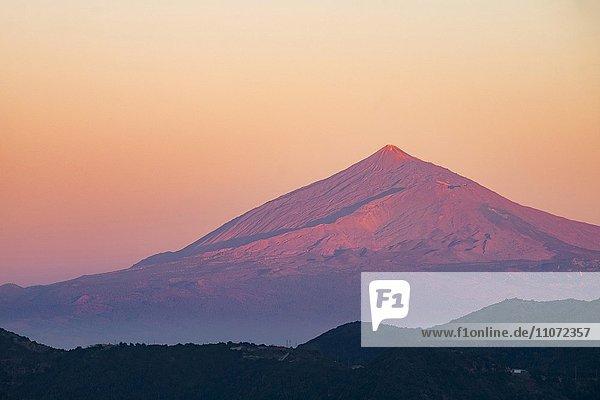 Vulkan Teide auf Teneriffa bei Sonnenuntergang  gesehen von Vallehermoso  La Gomera  Kanarische Inseln  Spanien  Europa