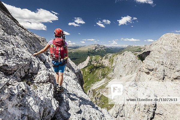 Bergsteigerin beim Aufstieg auf die Cima d'Auta über die Via Ferrata Paolin Piccolin bei Colmean  Falcade  Klettersteig im Valle del Biois  Dolomiten  Belluno  Italien  Europa