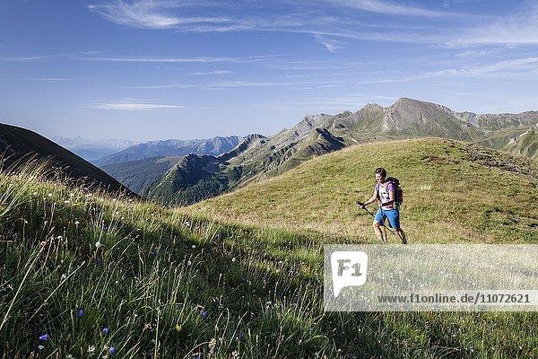 Bergsteiger beim Aufstieg auf die Wurmaulspitze  Valsertal  oberhalb von Vals  Pfunderer Berge  Eisacktal  Südtirol  Trentino-Südtirol  Italien  Europa