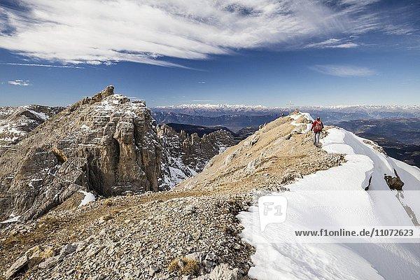 Bergsteiger beim Aufstieg auf die Latemarspitze  hinten der Gipfel der Latemarspitz  links der Diamantiniturm  Eggental  Dolomiten  Südtirol  Trentino-Südtirol  Italien  Europa