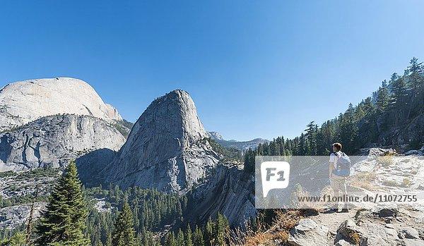 Wanderer blickt zum Liberty Cap  Yosemite Nationalpark  Kalifornien  USA  Nordamerika